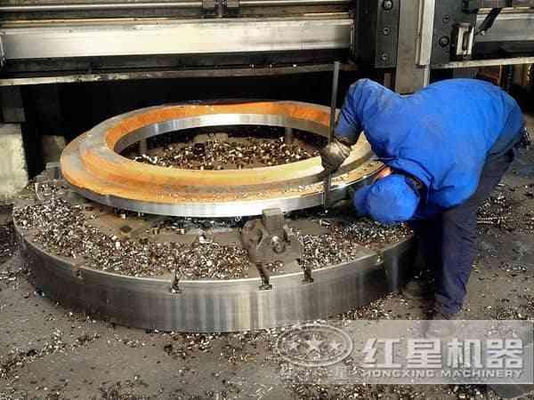 工人正在认真制造圆锥破碎机