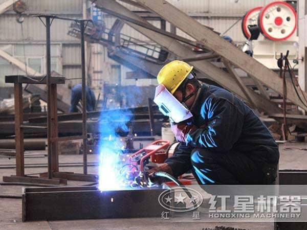 正在制造移动式制砂机的工人