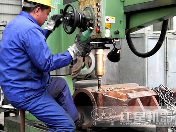 正在制造颚式破碎机的工人