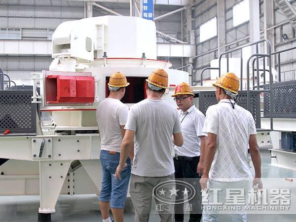 技术专家检测改良后的粘土制砂机
