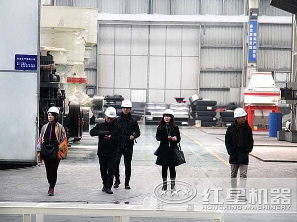 客户参观沙岩制砂机生产厂家