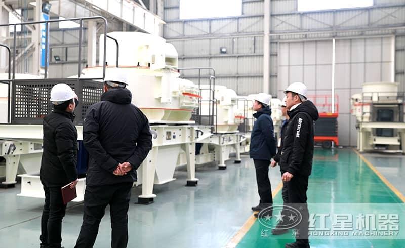 用户来厂参观设备生产车间