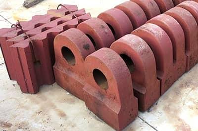 锤式破碎机经常破碎硬度较大的石头,锤头磨损较一般的设备本来就比较严重,如何保证锤头的使用寿命?